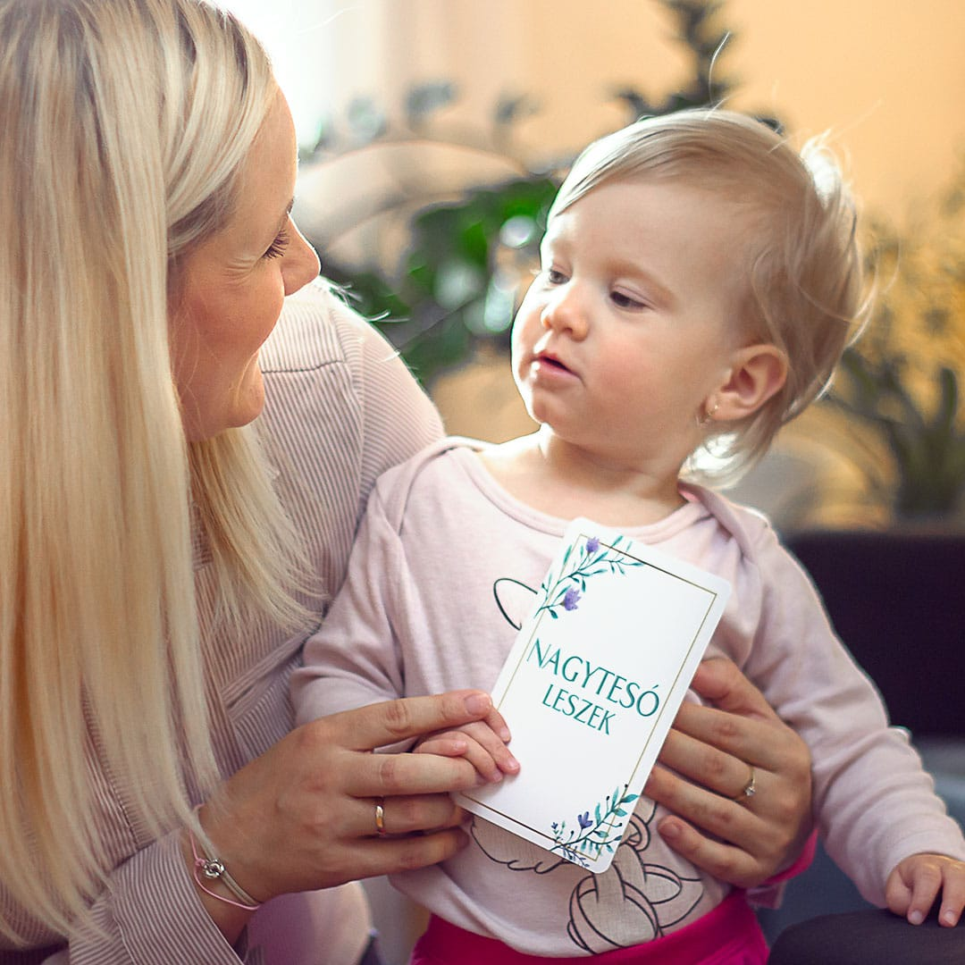 Baba és kismama mérföldkő kártyák, fejlesztőkátyák, kismama karkötők. Egyedi ajándék és örök emlék várandós anyukáknak és a babáknak. Vicces babapillanatok.